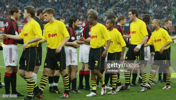 Champions League 02/03 Mailand AC Mailand Borussia Dortmund 01 Team Dortmund und Team Mailand Shake Hands