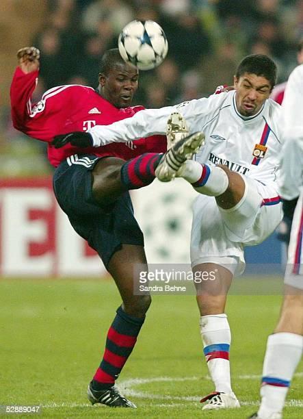 Champions League 03/04, Muenchen; FC Bayern Muenchen - Olympique Lyon; v.l.: Samuel KUFFOUR/Bayern, Giovane ELBER/Lyon