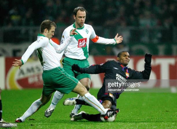 Champions League 04/05 Bremen 230205 SV Werder Bremen Olympique Lyon Daniel JENSEN Fabian ERNST/Bremen Florent MALOUDA/Lyon