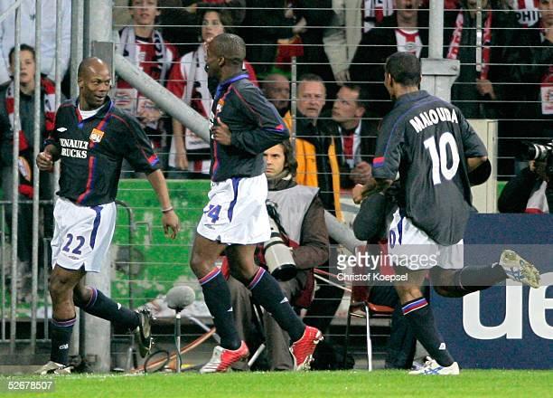 Champions League 04/05 Eindhoven 130405 PSV Eindhoven Olympique Lyon 10 durch Sylvain WILTORD Sidney GIVOU und Florent MALOUDA/Lyon freuen sich mit...
