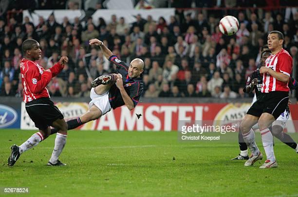 Champions League 04/05, Eindhoven, 13.04.05; PSV Eindhoven - Olympique Lyon 4:2 n.E.; CRIS/Lyon - Mitte - schiesst auf das Tor und Jefferson FARFAN...