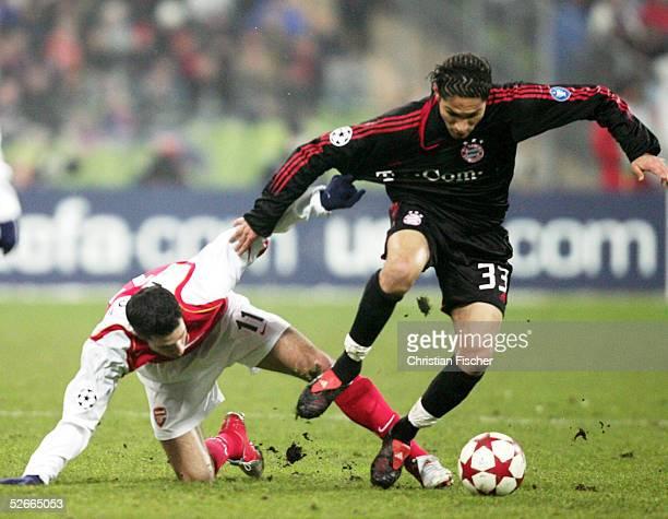 Champions League 04/05 Muenchen 220205 FC Bayern Muenchen Arsenal London 31 Robin VAN PERSIE/London gegen Paolo GUERRERO/Bayern