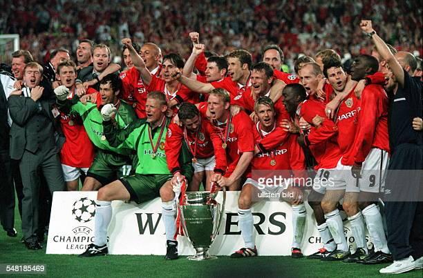 Champions League Finale in Barcelona Manchester United Bayern München 21 Mannschaftsfoto Manchester United nach der Siegerehrung mit Pokal