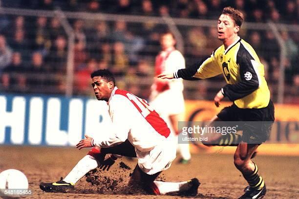 Champions League Viertelfinale Hinspiel Borussia Dortmund Ajax Amsterdam 02 Steffen Freund kann Patrick Kluivert nicht mehr am Schuss hindern