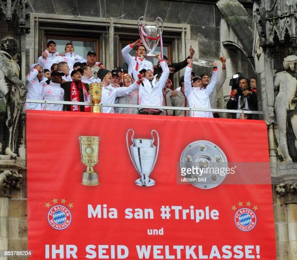 Champions Party des FC Bayern Muenchen nach dem Gewinn des DFB Pokal und Triple. Das Team feiert auf dem Muenchner Marienplatz den historischen...