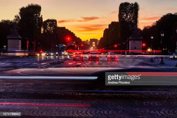 champs elysees evening traffic, paris - avenida - fotografias e filmes do acervo