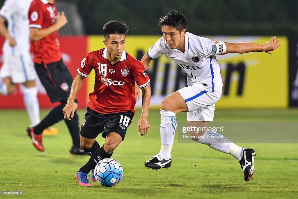 Chanathip Songkrasin #18 of Muangthong United (L) and Ryota Nagaki #6 of Kashima Antlers (R) competes for the ball during the AFC Asian Champions League match between Muangthong United and Kashima Antlers at Supachalasai National Stadium on February 28, 2017 in Bangkok, Thailand.