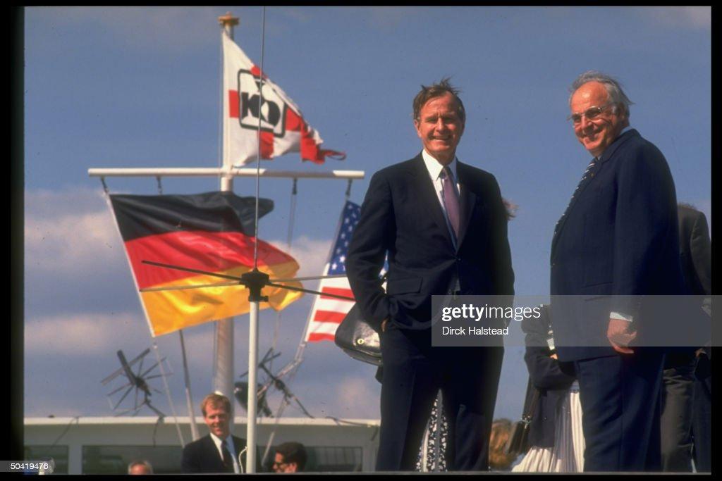 Helmut Kohl;George H. W. Bush : News Photo