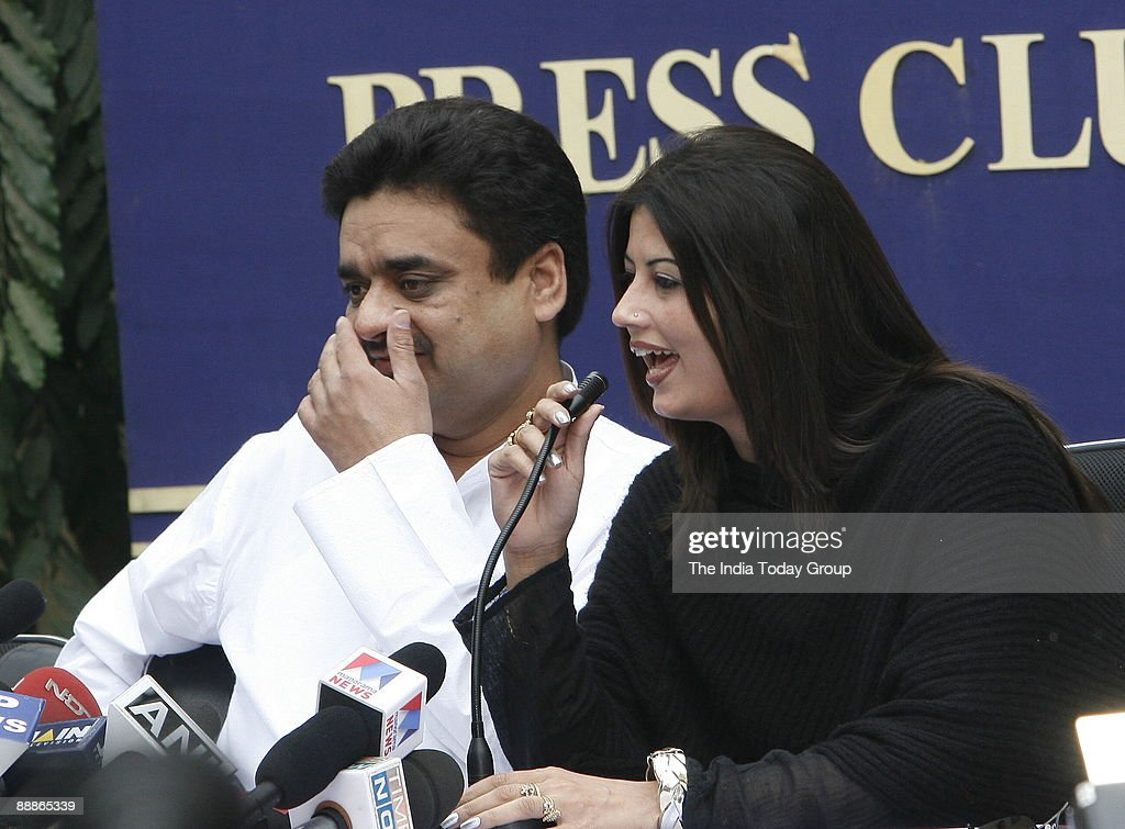 Chander Mohan alias Chand Mohammad, former deputy Chief Minister of Haryana with his Wife Fiza addressing a Press Conference in New Delhi, India ( Chandra Mohan and Anuradha Bali, who became Chand Mohammad and Fiza respectively after converting to Islam,  : ニュース写真