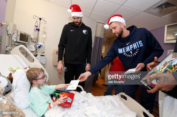 Chandler Parsons and Marc Gasol of the Memphis Grizzlies visits with children on December 18 2017 at LeBonheur Children's Hospital in Memphis...