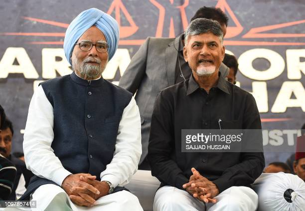 N Chandrababu Naidu chief minister of India's Andhra Pradesh state and India's former prime minister Manmohan Singh sit during a 'Dharma Porata...