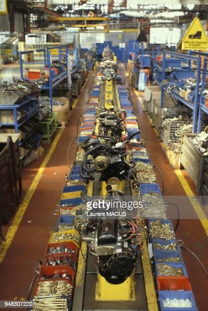 Chaîne de montage de moteurs de l'usine Renault de FlinssurSeine en novembre 1974 dans les Yvelines France
