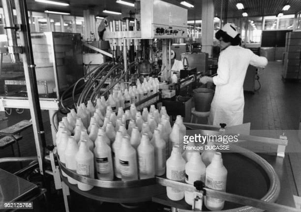 Chaîne de production de médicaments dans le laboratoire pharmaceutique Sarget à Bordeaux en 1983 en Gironde France