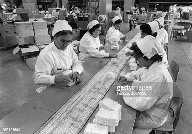 Chaîne de production de médicaments dans le laboratoire pharmaceutique Labaz à Bordeaux en 1984 en Gironde France