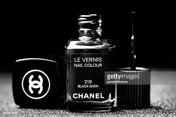 シャネルのブラックサテンル vernis ネイルポリッシュ - 黒のネイル ストックフォトと画像