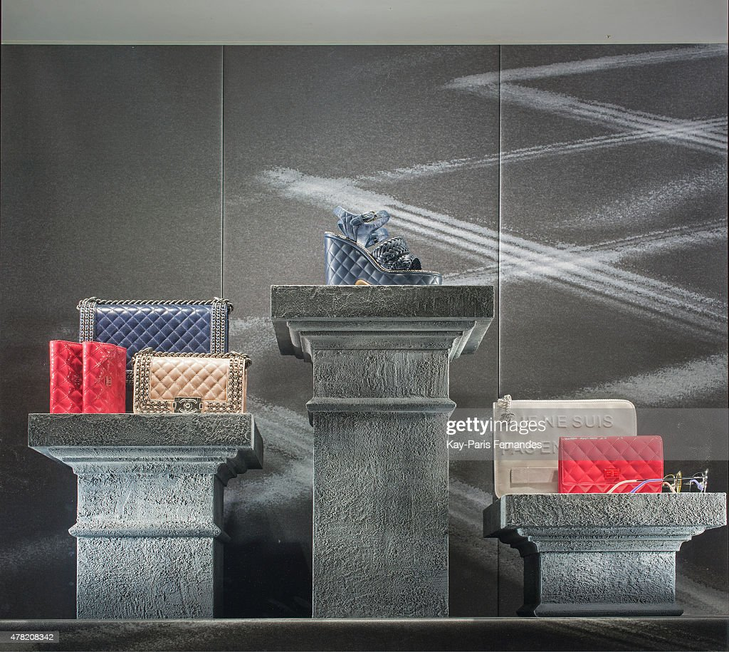 Paris Fashion Window Displays : News Photo