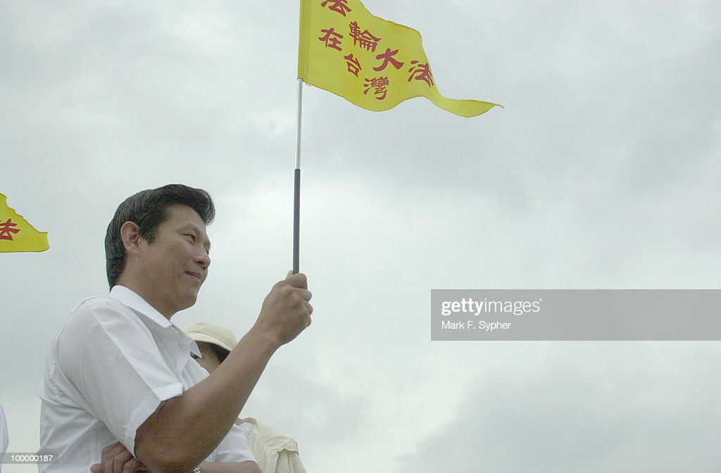 Chang Jen Yeu holds a sign that reads 'Falun Dafa' in Taiwaneese. Yeu came from Hualien, Taiwan to join in the Falun Dafa March.