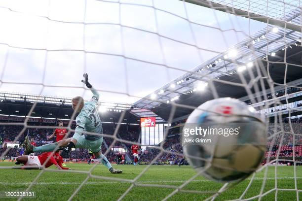 Chang-hoon Kwon of Freiburg scores his team's first goal past goalkeeper Robin Zentner of Mainz during the Bundesliga match between 1. FSV Mainz 05...