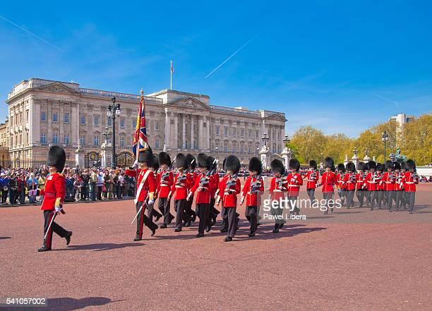 changing of the guard at buckingham palace, london, uk - buckingham palace stock-fotos und bilder