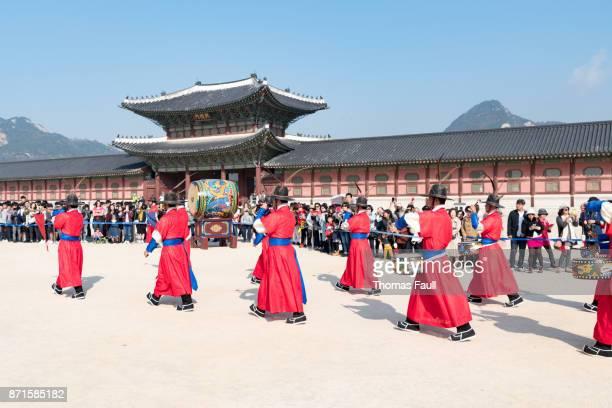 changing of the guard at gyeongbokgung palace - gyeongbokgung stock photos and pictures