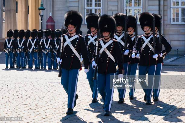 changing of the guard ceremony at amalienborg palace, copenhagen, denmark - mauro tandoi photos et images de collection