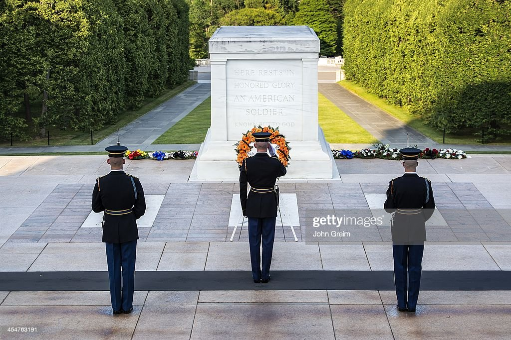 Changing of the guards at the Tomb of the Unknown Soldier... : Foto jornalística