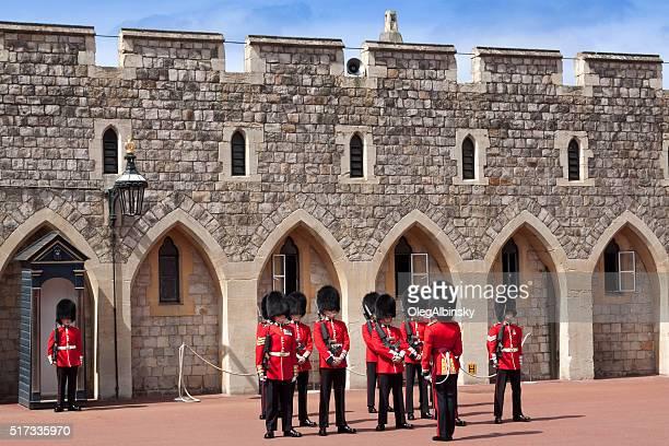 cambiando la guardia al castello di windsor, berkshire, inghilterra. - windsor berkshire foto e immagini stock