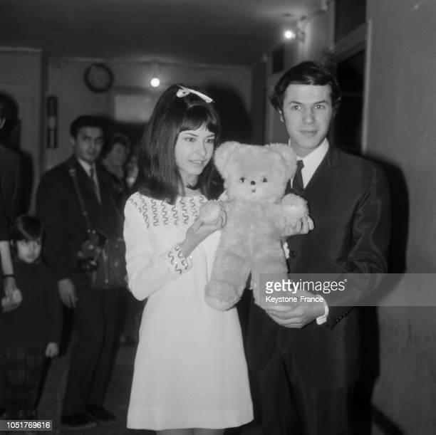 Chantal Kelly recevant le nounours en peluche de Salvatore Adamo qui sera mis aux enchères pour venir en aide aux sinistrés italiens le 5 janvier 1967
