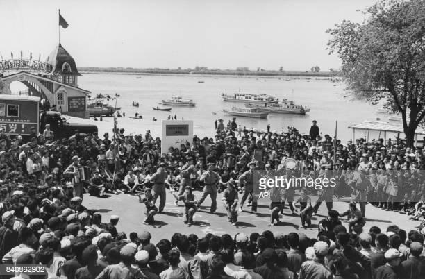 Chants et danses aux thèmes révolutionnaires animés par des Gardes rouges dans les rues de Harbin le 14 juillet 1967 Chine