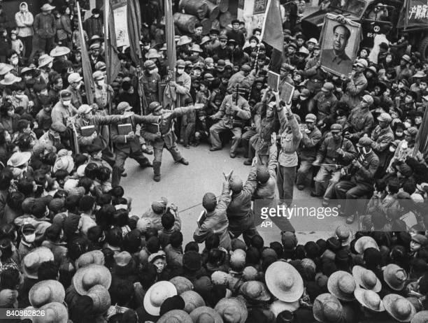 Chants et danses aux thèmes révolutionnaires par une unité de l'Armée populaire de libération stationnée à Canton le 7 avril 1967, Chine.