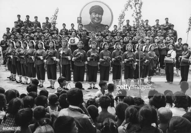 Chants révolutionnaires à la gloire de Mao par les Gardes rouges et les soldats dans la campagne de Pékin le 5 juillet 1967 Chine