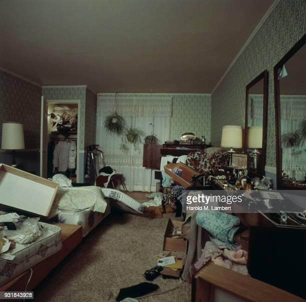 chaos after burglary in house - roubando crime - fotografias e filmes do acervo