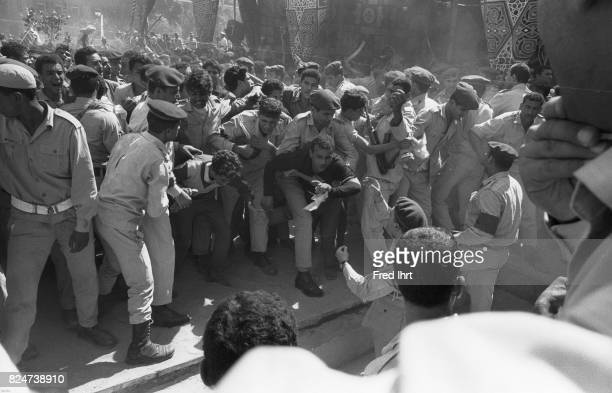 Chaos breaks out in the crowd of mourners at the funeral procession of President Gamal Abd al-Nasser in the streets of Cairo, 1. Oktober 1970. People...