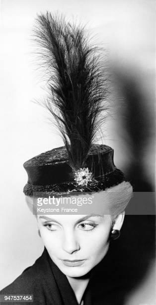 Chapeau de paille noir surmonté d'une longue plume noire Londres le 5 novembre 1952