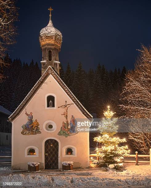 """chapel with traditional bavarian paintings (""""lüftlmalerei"""") at christmas - bayern stock pictures, royalty-free photos & images"""