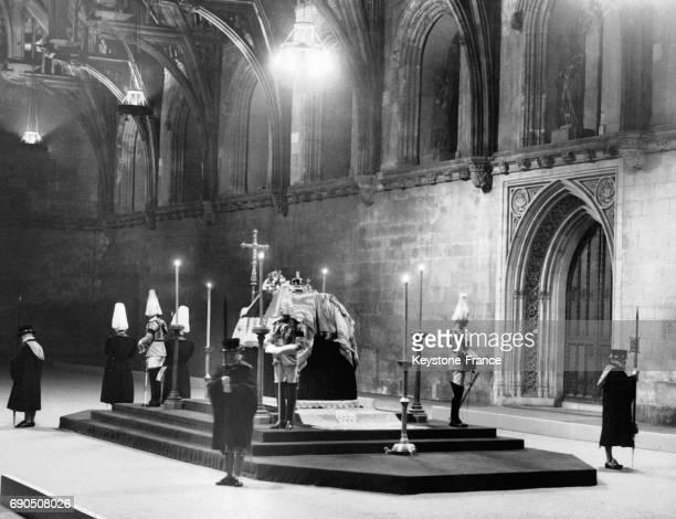 Chapelle ardente pour le cercueil du Roi George V entouré de gardes à Westminster Hall en 1936 à Londres au RoyaumeUni