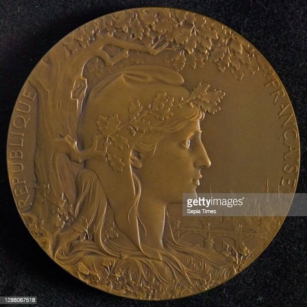 Chaplain , Medal in memory of the World's Fair in Paris in 1900, medallion medal bronze, To the right turned bust of Marianne with liberty cap Around...