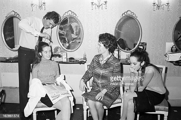 Chaplin With Family At The Hairdresser Le 12 janvier 1967 Oona O'NEILLCHAPLIN épouse de l'acteur et réalisateur Charles CHAPLIN avec ses filles...