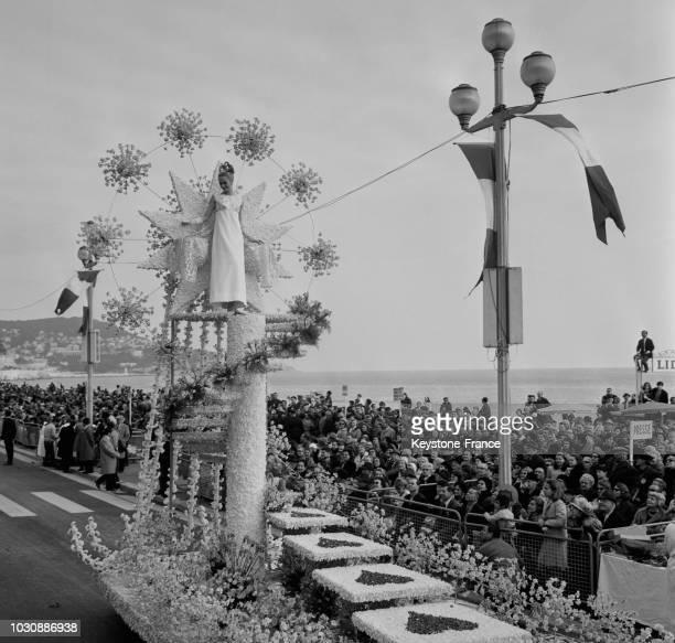 Char fleuri défilant sur la Promenade des Anglais le 3 février 1967 à Nice France