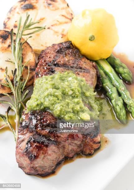 ニューヨーク ステーキの炭火焼き - チミチュリ・ソース ストックフォトと画像