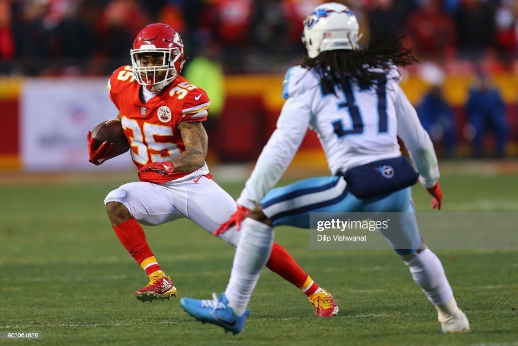 Charcandrick West #35 of the Kansas City Chiefs catches a pass against the Tennessee Titans during the AFC Wild Card playoff game at Arrowhead Stadium on January 6, 2018 in Kansas City, Missouri.