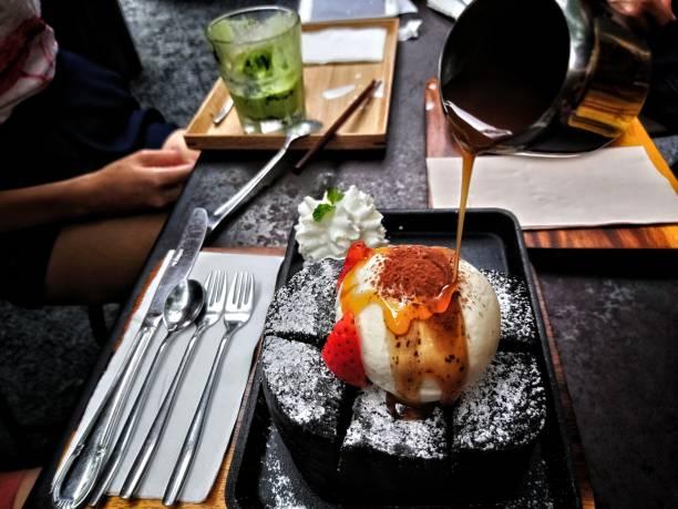 charcoal honey toast with vanilla icecream and strawberry on top - 餐後甜品 個照片及圖片檔