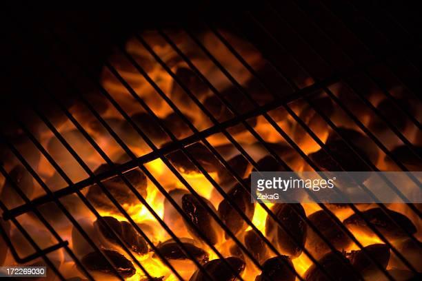 Holzkohle auf Feuer in einem Barbecue-grill.