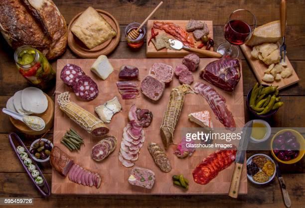 charcuterie on cutting board - cuisine française photos et images de collection