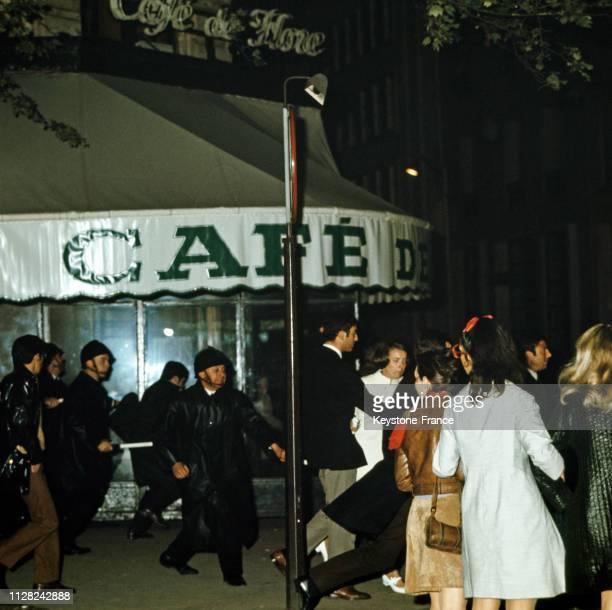 Charge de CRS sur des manifestants place Saint-Germain devant le café de Flore à Paris, France, le 23 mai 1968.
