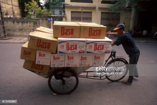 Chargement de cartons sur un cyclopousse a Haiphong Viet Nam
