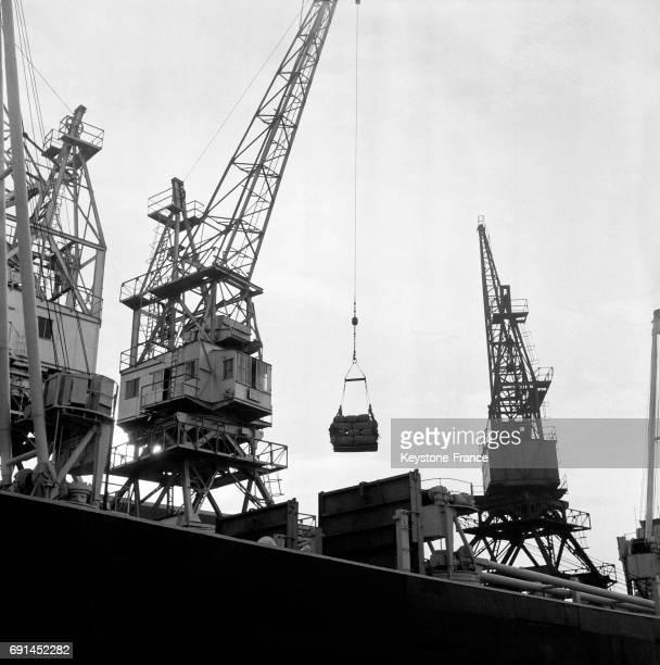 Chargement d'un bateau sur le port de Marseille France en 1955
