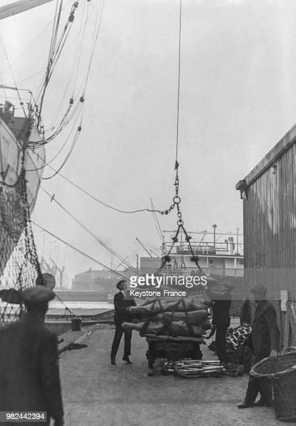 Chargement d'un navire sur les docks à Londres en Angleterre au RoyaumeUni en 1936