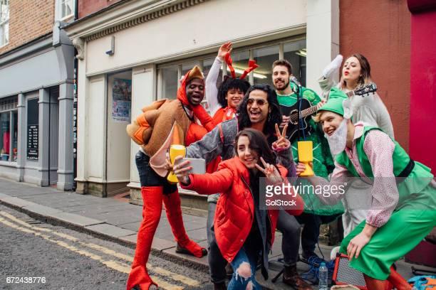 liefdadigheid buskers selfie - benefietactie stockfoto's en -beelden