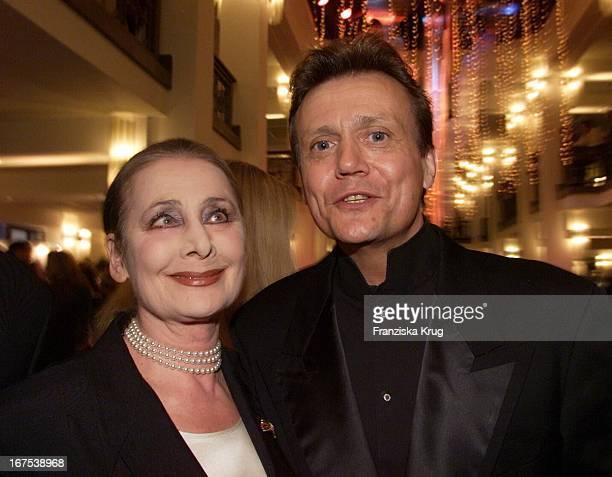 """Charity Lady Irina Pabst + Jochen Kowalski Bei Der Verleihung Der """"Goldenen Henne"""" Im Berliner Friedrichstadtpalast Am 190901"""